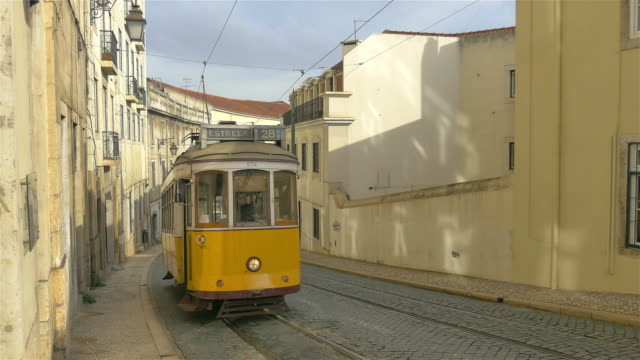stockvideo's en b-roll-footage met twee video's van tram in 4k - portugal