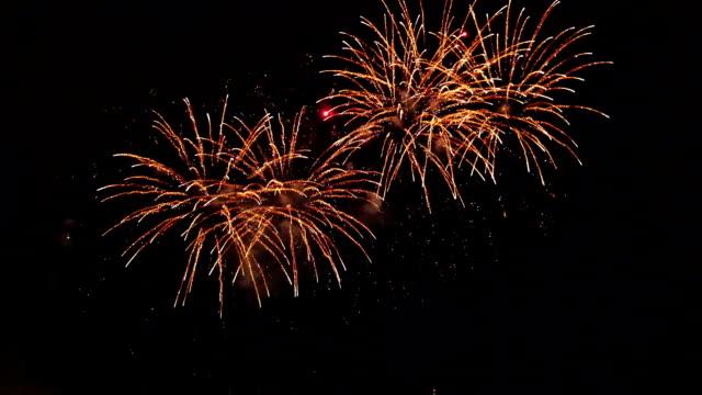vídeos y material grabado en eventos de stock de dos vodeos de fuegos artificiales - sparks