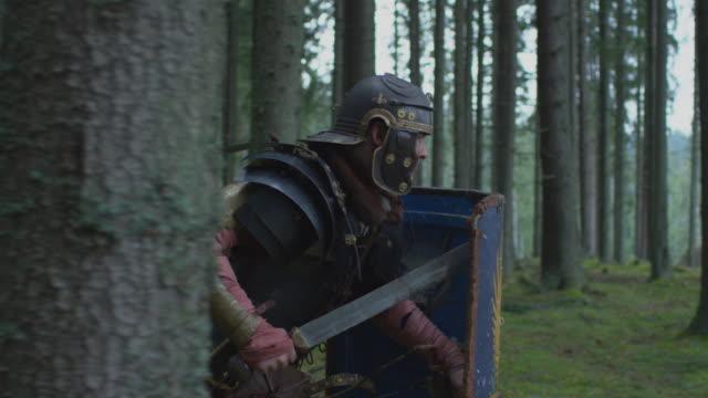 due guerrieri che combattono - stile classico romano video stock e b–roll