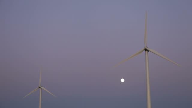Zwei Windturbinen und Full Moon – Video