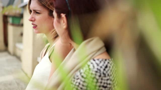 Zwei Frau Freunde zusammen auf der Terrasse – Video