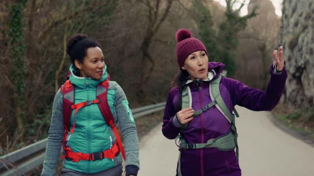 stockvideo's en b-roll-footage met twee vrouw op wandeltocht in aard - alleen volwassenen