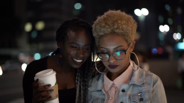 stockvideo's en b-roll-footage met twee vrouw met behulp van de tablet bij nacht - afro amerikaanse etniciteit