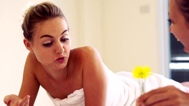 vídeos y material grabado en eventos de stock de dos mujeres en la sala de masajes en el spa de día de lujo. - espalda humana