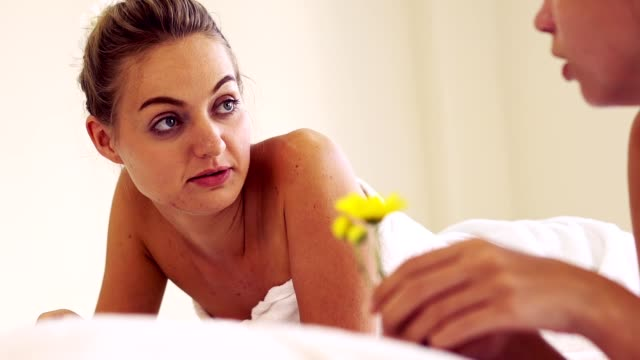 zwei frauen im massageraum im luxuriösen day spa. - menschliches gelenk stock-videos und b-roll-filmmaterial