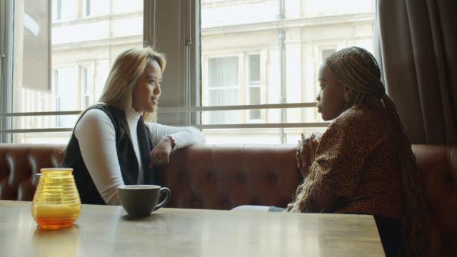 Deux femmes bavardant dans le pub - Vidéo