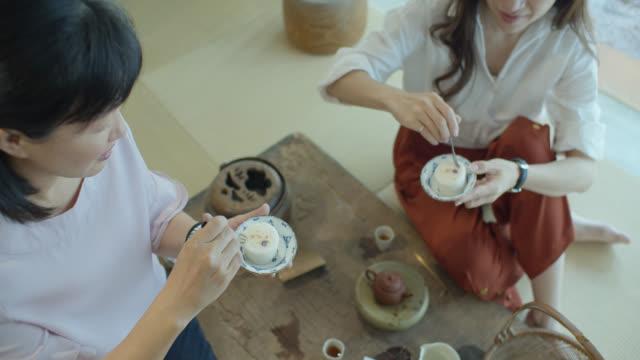 台湾の茶室で餅を食べている二人の女性 - お茶の時間点の映像素材/bロール