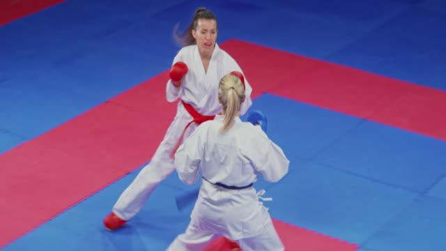 i̇ki kadın bir kadın karate yarışmasında mücadele - karate stok videoları ve detay görüntü çekimi