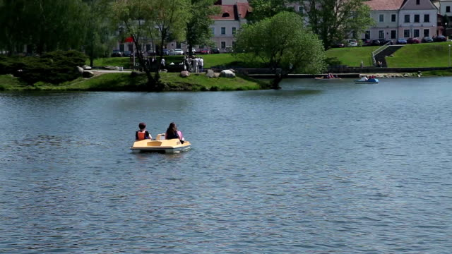 zwei frauen im boot auf dem see in der stadt park - weißrussland stock-videos und b-roll-filmmaterial