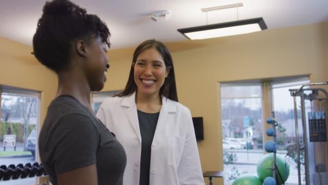 2 つの女性の理学療法クリニックの色 - 回復点の映像素材/bロール