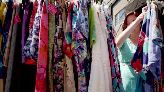 vídeos de stock, filmes e b-roll de duas mulheres comprando para roupas - arméria
