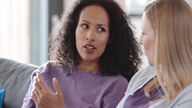 두 여자는 소파에 - 2명 스톡 비디오 및 b-롤 화면
