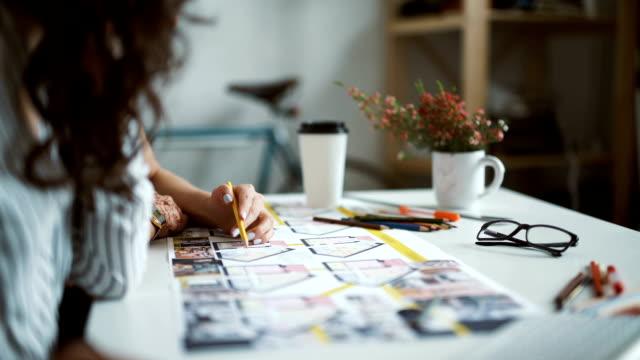 vídeos de stock e filmes b-roll de duas mulheres a trabalhar em um escritório de arquitetos - trabalho de design