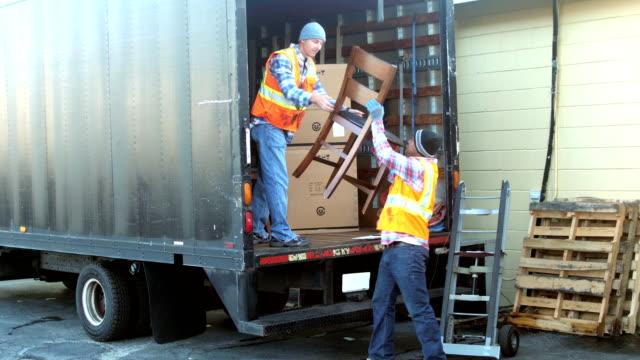 vídeos de stock, filmes e b-roll de dois trabalhadores móveis para caminhão de entrega de carregamento - mobília