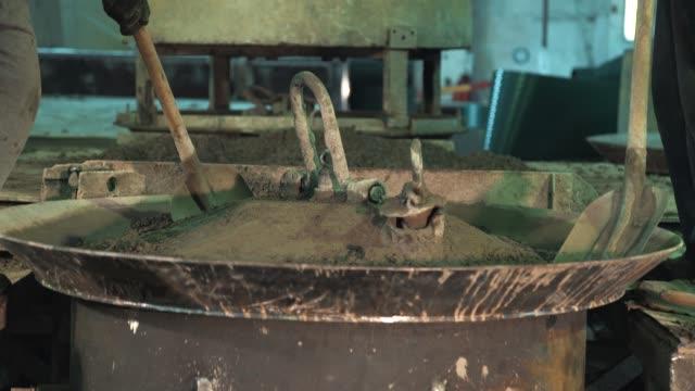 2 人の労働者に広がるコンクリート シャベルで金属製のボウルを機械の振動 - セメント点の映像素材/bロール