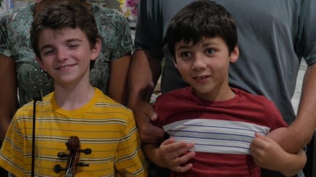 2 人の若い兄弟が 10-12 笑顔と両親と愚かであることを高齢者 ビデオ