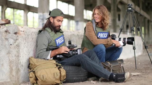 Zwei junge Journalisten im Kriegsgebiet – Video