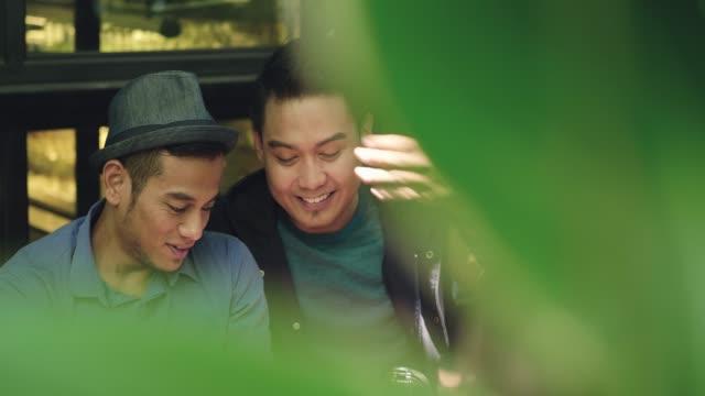 zwei malaysische jm kaffee zusammen mit - gay man stock-videos und b-roll-filmmaterial