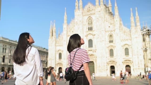 兩個年輕的遊客參觀大教堂。 - 廣場 個影片檔及 b 捲影像