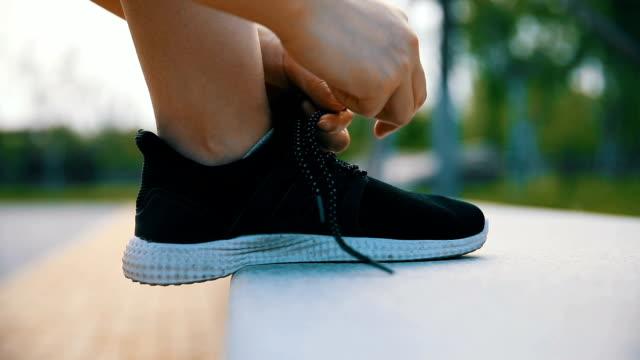 scarpe da esercizio leganti per la corsa - annodare video stock e b–roll
