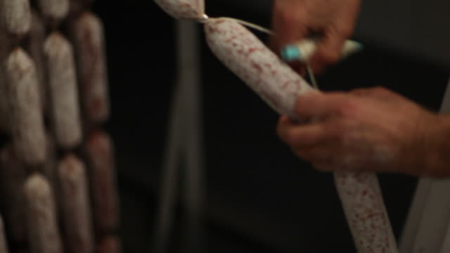 vídeos de stock, filmes e b-roll de amarrando a suspensão pepperoni - salsicha