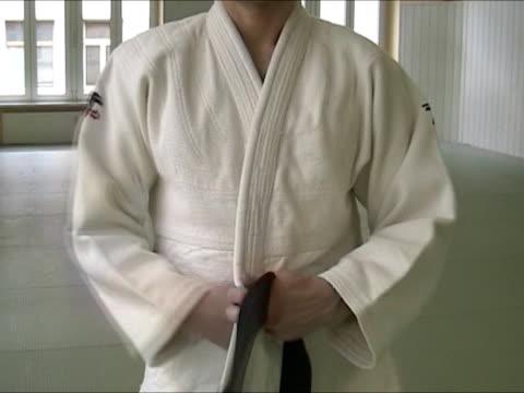vídeos y material grabado en eventos de stock de anudar judogi - artes marciales