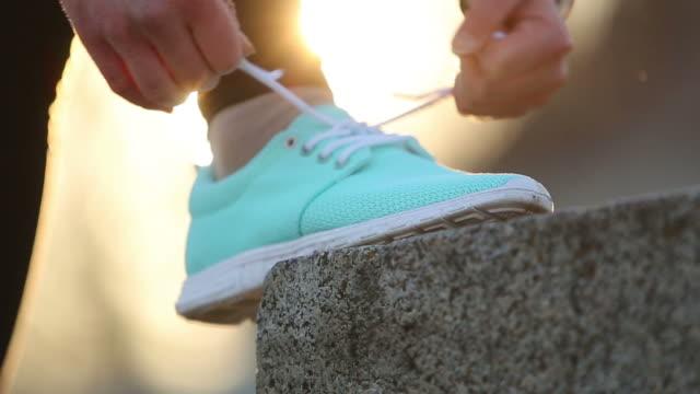 annodare sneaker - annodare video stock e b–roll