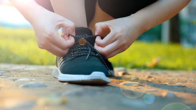 stockvideo's en b-roll-footage met koppelverkoop sportschoenen voor hardlopen - running shoes
