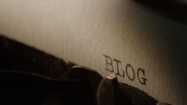 vídeos de stock, filmes e b-roll de ld tipo bares da velha máquina de escrever impressão a palavra blog - blogar