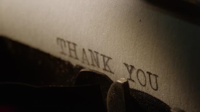 vídeos de stock, filmes e b-roll de ld tipo bares da velha máquina de escrever palavras de agradecimento impressão - agradecimento