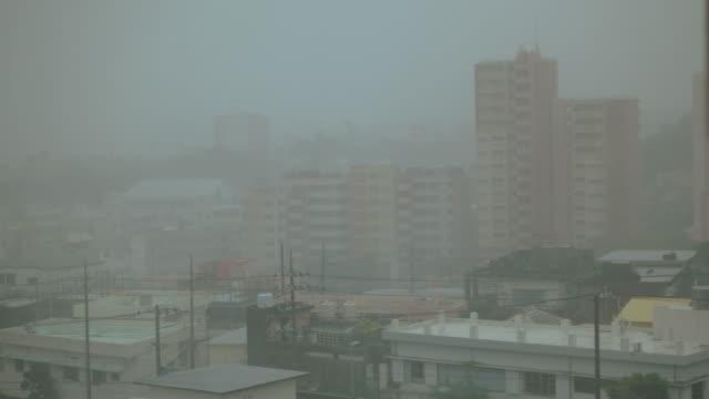 vídeos y material grabado en eventos de stock de tifón en okinawa - lluvia torrencial
