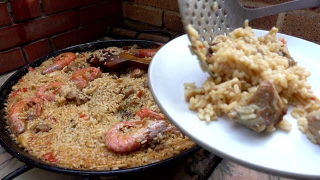 Típica y tradicional servido en un plato de paella española - vídeo
