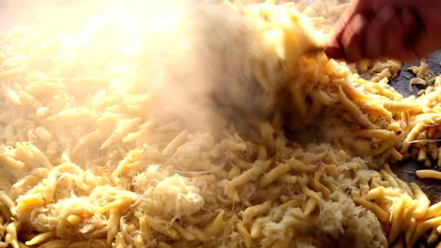 typisch bayerische goldene kartoffelknödel mit sauerkraut - kloß stock-videos und b-roll-filmmaterial