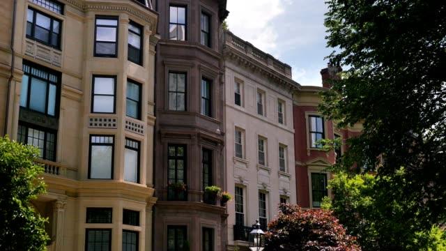 typische sandsteinziegel apartment-gebäude im der innenstadt von boston - sandstein stock-videos und b-roll-filmmaterial