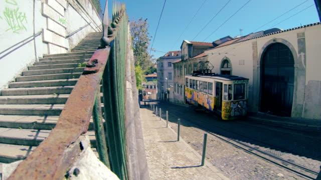 vídeos de stock e filmes b-roll de típica funiculares em lisboa, uma atracção para turistas - eletrico lisboa