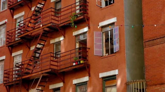 vidéos et rushes de appartements typiques des chiffons au-dessus de restaurants dans la petite italie - canicule