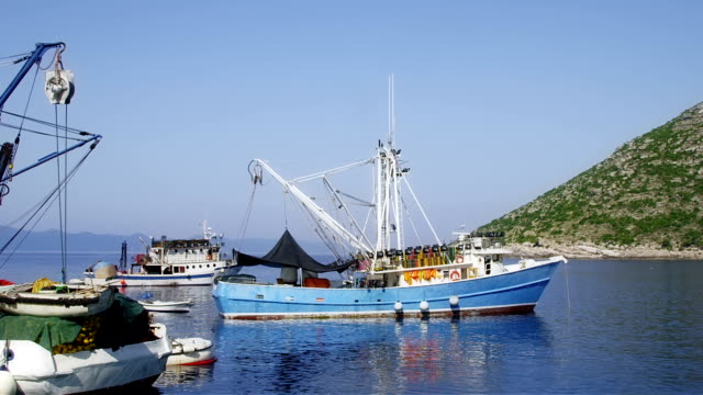vídeos y material grabado en eventos de stock de típico mediterráneo de la pesca en bote - anclado