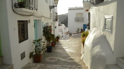 vídeos de stock e filmes b-roll de typical moorish street in a andalusian village - aldeia