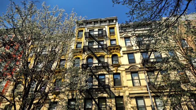vídeos de stock, filmes e b-roll de típico do edifício nova york. cereja - condominio