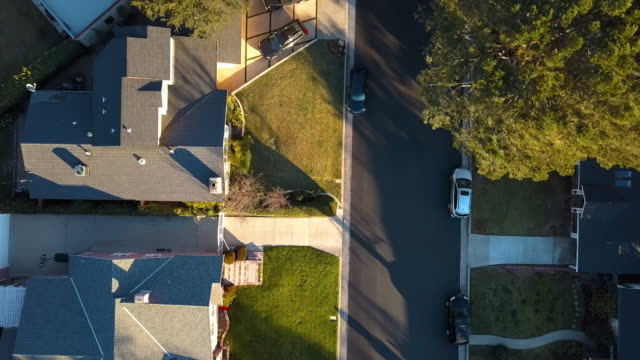 vídeos de stock e filmes b-roll de typical small-town neighborhood in los angeles- drone shot - suburbano