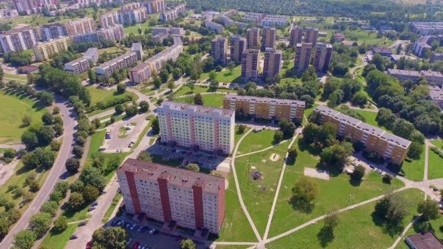 vídeos de stock e filmes b-roll de typical socialist block of flats in poland. east europe. view from above. - obras em casa janelas