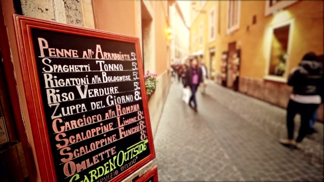 typowe turystów z menu restauracji na ulicy rzymu - kultura włoska filmów i materiałów b-roll