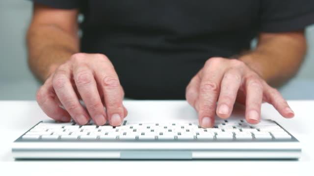 typing fast - endast en medelålders man bildbanksvideor och videomaterial från bakom kulisserna