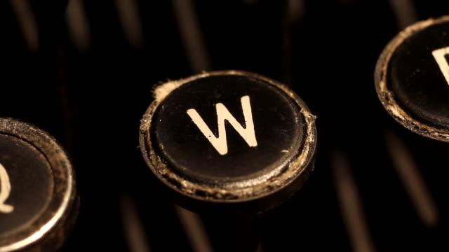 Buchstabe W auf Vintage Schreibmaschine zu tippen – Video
