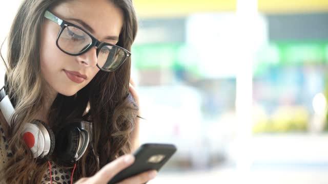 vidéos et rushes de taper sur un téléphone fermez-vous vers le haut - photophone