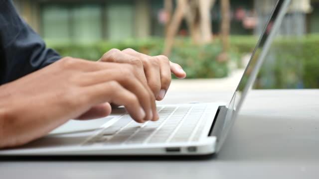 vídeos de stock, filmes e b-roll de digitação no laptop de perto - log on