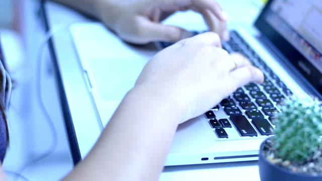 tippen auf laptop-tastatur - mouse pad stock-videos und b-roll-filmmaterial