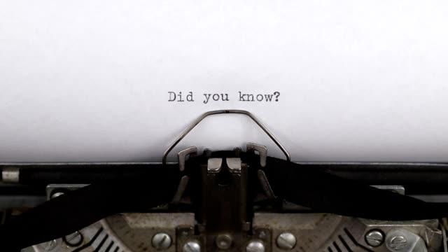 stockvideo's en b-roll-footage met typen vraag wist je dat, oude vintage schrijfmachine met een wit vel papier - aankondigingsbericht