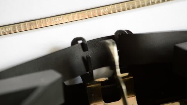 att skriva uttrycket breaking news med en gammal manuell skrivmaskin - paper mass bildbanksvideor och videomaterial från bakom kulisserna