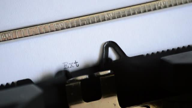att skriva uttrycket extra! extra! extra! med en gammal manuell skrivmaskin - paper mass bildbanksvideor och videomaterial från bakom kulisserna